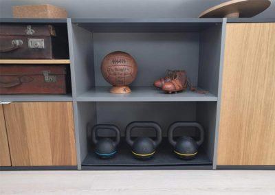 Salle de sport avec kettlebell et poiduits vintages