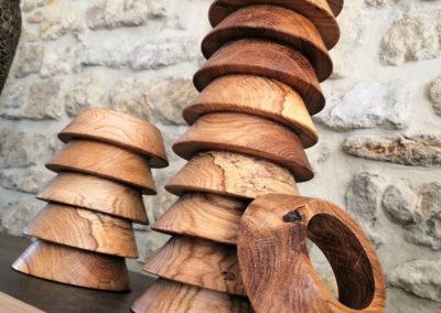 Une pile gigantesque de socles tee de ballon de rugby en bois