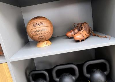 Support de ballon de foot pour une déco vintage dans une salle de sport