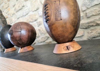 Comparaison d'une déco rugby et foot sur un meuble