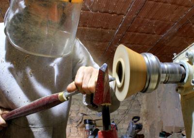 Le socle en bois pour ballon se termine sur le tour à bois