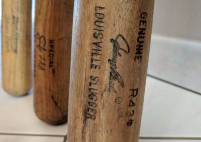 Présentation de plusieurs Battes Louisville Sluger en bois
