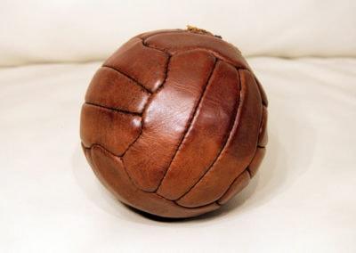 Arrière du ballon présenté sur un canapé en cuir