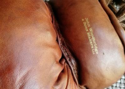 Logo John Woodbridge sur des gants de boxe vintage