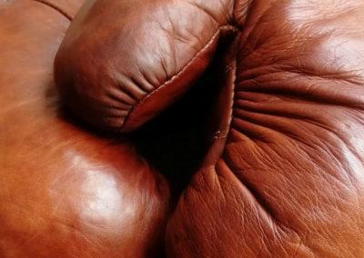 Cuir plissé sur les gants de boxe vintage de chez John Woodbridge