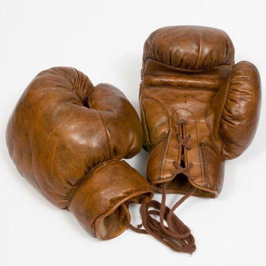 Gants de boxe vintage sur fond blanc