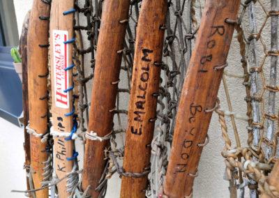 Le nom de famille écrit sur une crosse de lacrosse en bois
