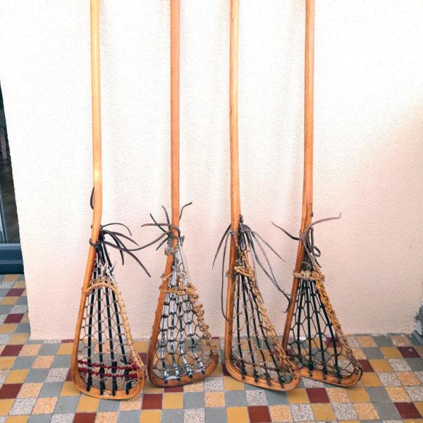 4 Lacrosse ancienne vintage posées contre un mur