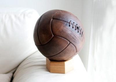 Un beau ballon derrière une déranda à la lumière du jour