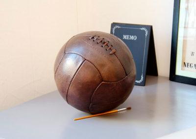 ancien ballon de foot présenté sur un bureau