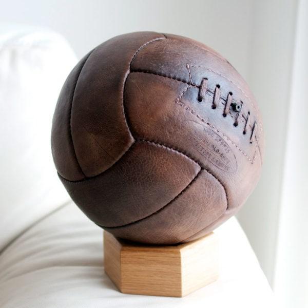 phoro carrée d'un ancien ballonde foot en cuir vieux comme le monde