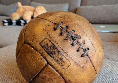 présentation d'un logo frappé sur le cuir d'un ballon ancien