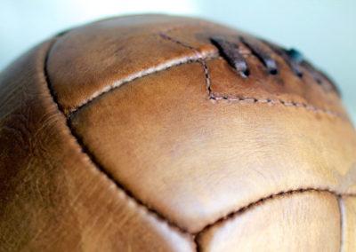présentation des coutures d'un vieux ballon en cuir