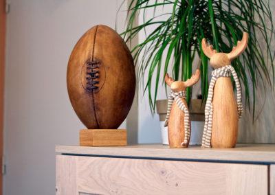 Ancien ballon de rugby camel présenté en haut d'un meuble de cuisine