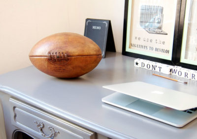 Le ballon de rugby ancien est posé à plat sur un bureau