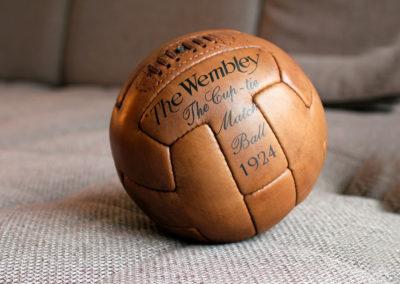 Présentation d'un ancien ballon de football sur le canapé