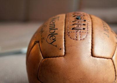 Présentation macro du lacage d'un ancien ballon de football Wembley