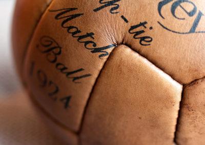 Les coutures de l'assemblage des 12 panneux d'un ballon de foot vintage