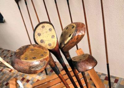 Ancien club de golf bois au soleil
