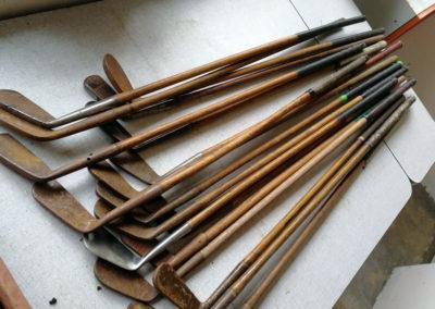 Lot clubs de golf fer anciens avec manche en bois