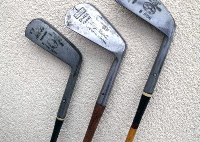 3 fers de golf anciens mais rénovés avec leur tête brillante