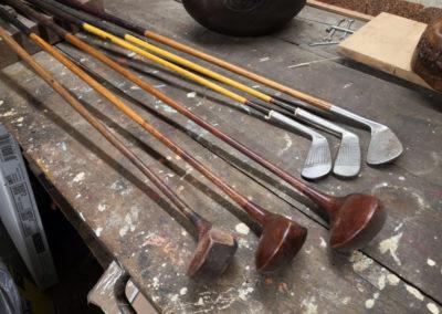 3 fers et 3 bois présentés face à face sur un atelier