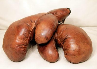 Anciens gants de boxe posés sur un canapé