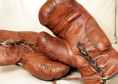 anciens gants de boxe pris en photo de face