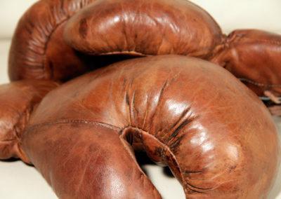 Anciens gants de boxe vintage avec leur cuir antique