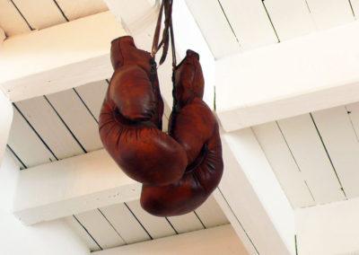 Idée décoration vintage avec une paire de gants de boxe accrochésdans un apartement mansardé