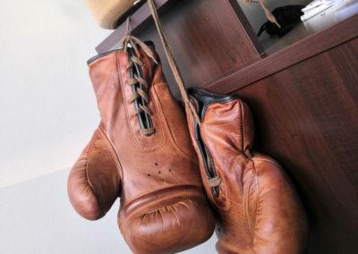 Vieille paire de gants de boxe accrochée
