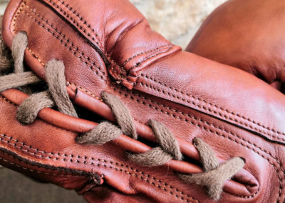 Les lacets d'un gant de boxe vintage