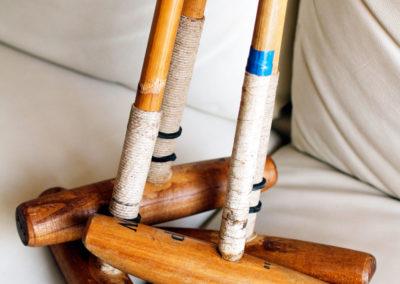 Ancien maillet de polo dans un lot posé sur son canapé