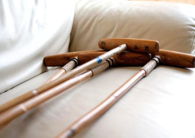 Quelques polos allongés sur un canapé à la lumière du jour