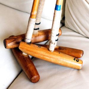 Ancien maillet de polo dans un lot posé sur un canapé