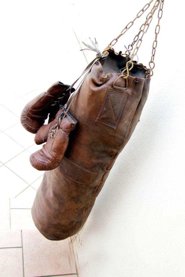 Ancien sac de frappe suspendu à l'extérieur sur une terrasse