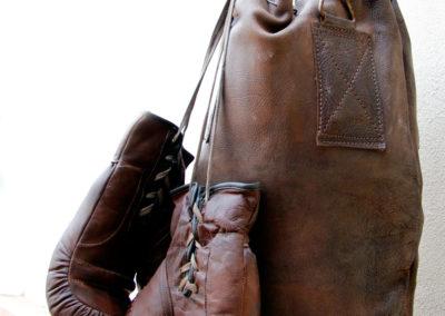 vue macro sur un ancien sac de frappe en cuir vintage