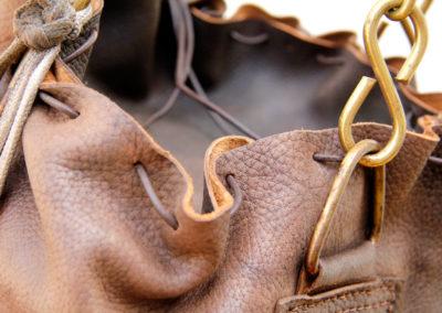 Vue macro sur l'épaisseur du cuir du sac de frappe ancien
