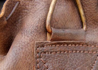Attache en laiton et couture d'un sac de frappe vintage
