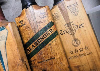 les marques présentes sur les anciennes battes de cricket