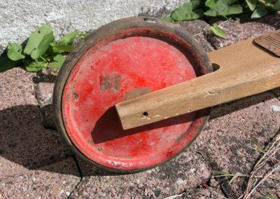 Une roue de trotinette en bois