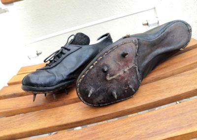 Vue sur les vieilles pointes d'une chaussure d'athlé