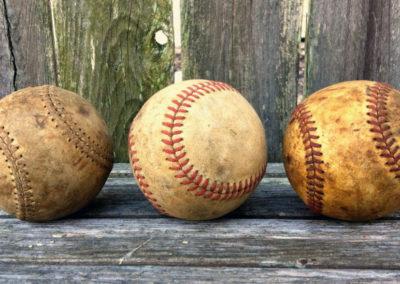 3 balles de basaball vintage de couleur différentes