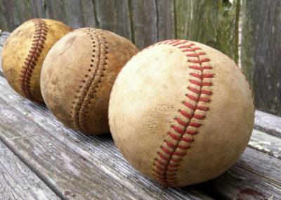 Série de balle de baseball présentée sur un banc en bois
