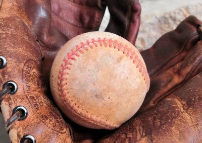 On apprécie les couteurs d'un vieux gant de baseball avec une balle ancienne