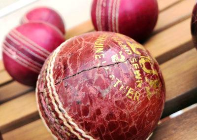 Une vue en macro d'une balle de cricket craquelée