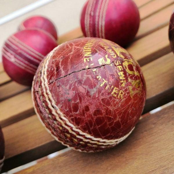 Une photo carrée de la balle de cricket présentée en macro