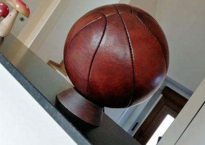 Présentation du ballon de basket sur un socle à l'entrée du salon