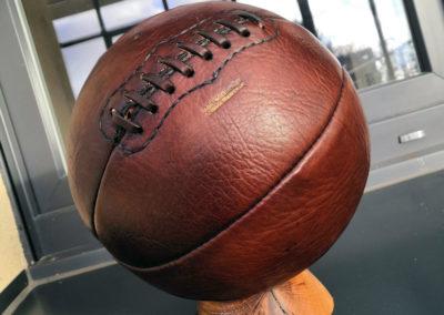 Un ballon de basket vintage sur un rebord de fenêtre