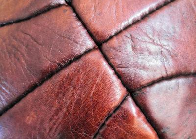 photo macro des coutures du ciuir du ballon de basket